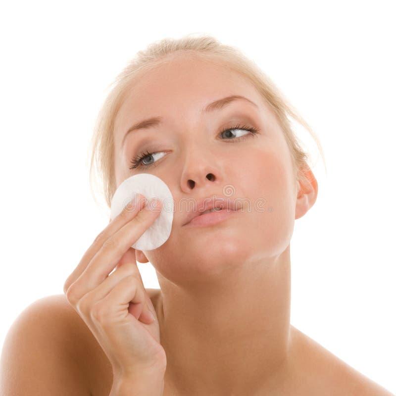Γυναίκα που αφαιρεί makeup στοκ φωτογραφία