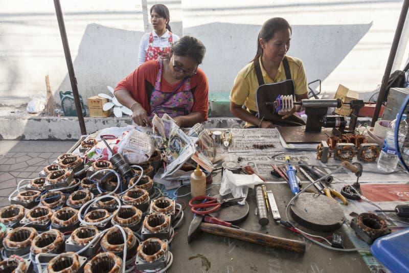 Γυναίκα που βάζει τα καλώδια χαλκού στις ηλεκτρο μηχανές στοκ εικόνες με δικαίωμα ελεύθερης χρήσης