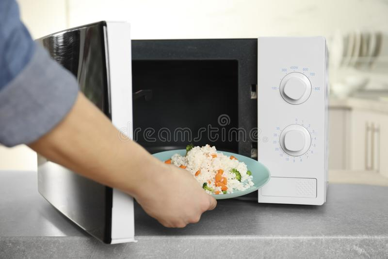 Γυναίκα που βάζει το πιάτο του ρυζιού με τα λαχανικά στοκ εικόνες με δικαίωμα ελεύθερης χρήσης