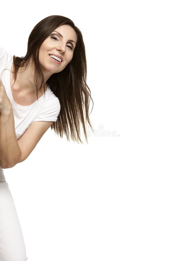 Γυναίκα που βγαίνει από το κρύψιμο στοκ εικόνα με δικαίωμα ελεύθερης χρήσης
