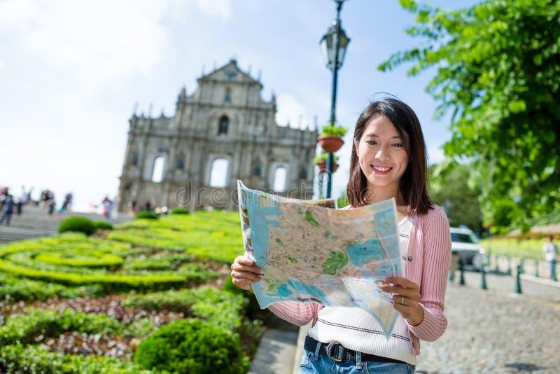 Γυναίκα που βρίσκει τη θέση στο χάρτη πόλεων στοκ εικόνες με δικαίωμα ελεύθερης χρήσης