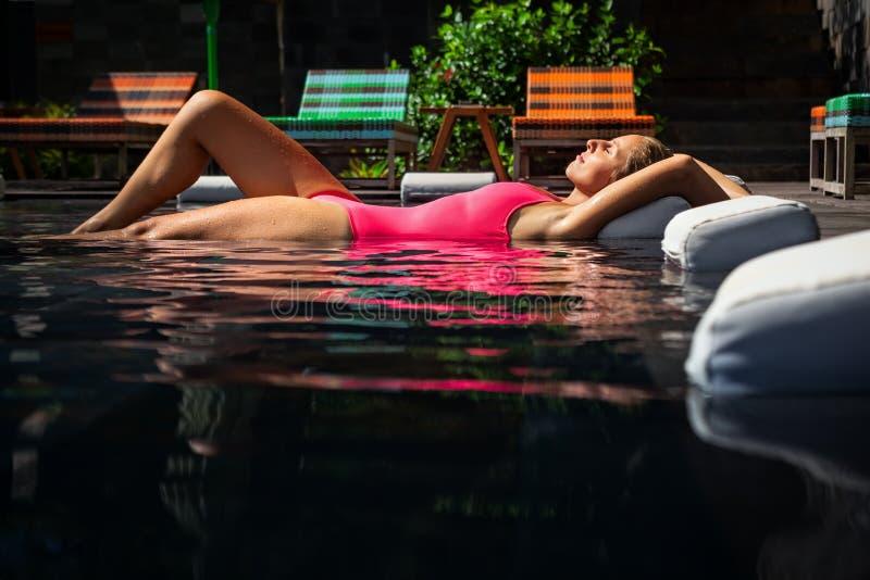 Γυναίκα που βρίσκεται στην πισίνα στις διακοπές θερινών παραλιών στοκ φωτογραφία με δικαίωμα ελεύθερης χρήσης