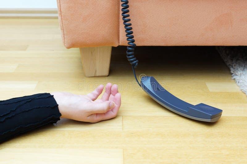 Γυναίκα που βρίσκεται στο πάτωμα ασυναίσθητο στοκ εικόνα με δικαίωμα ελεύθερης χρήσης
