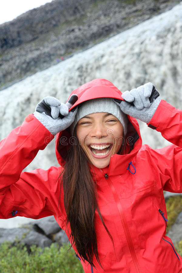 Γυναίκα που γελά στο αδιάβροχο από Dettifoss τον καταρράκτη στοκ εικόνα με δικαίωμα ελεύθερης χρήσης
