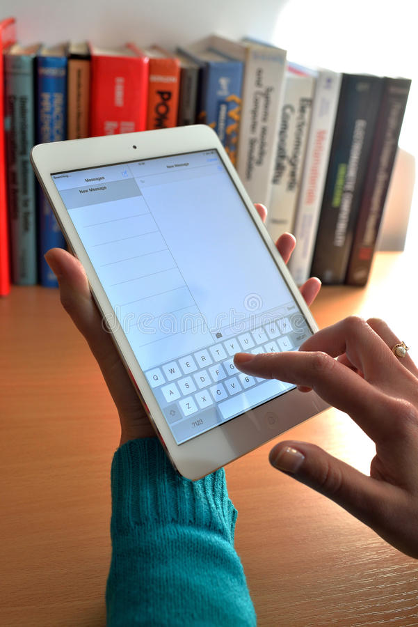 Γυναίκα που γράφει ένα μήνυμα σε Ipad στοκ φωτογραφία
