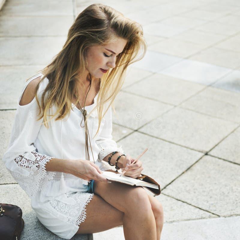 Γυναίκα που γράφει κάτω μερικές ιδέες στοκ φωτογραφία