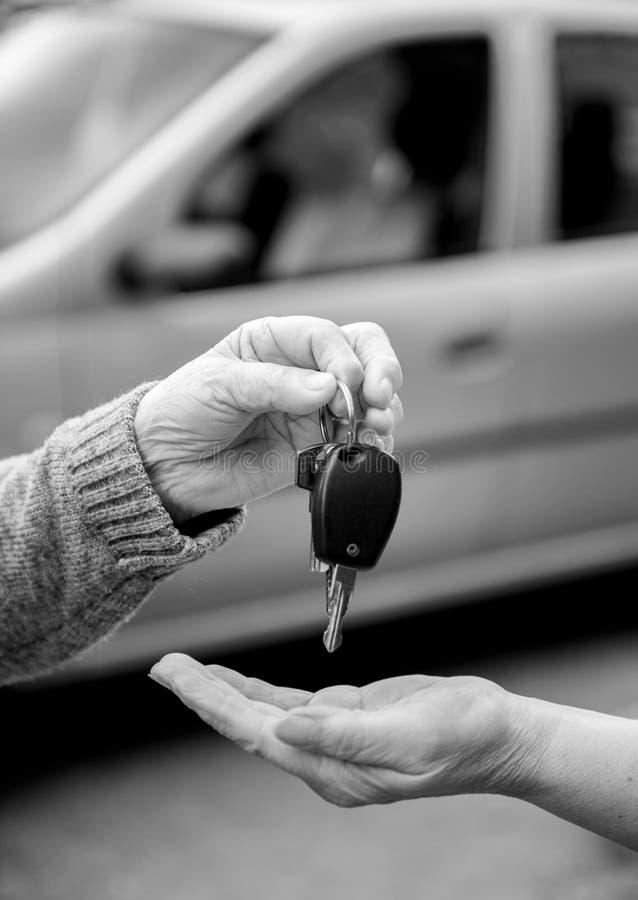 Γυναίκα που δίνει τα κλειδιά αυτοκινήτων σε μια άλλη γυναίκα στοκ φωτογραφίες με δικαίωμα ελεύθερης χρήσης