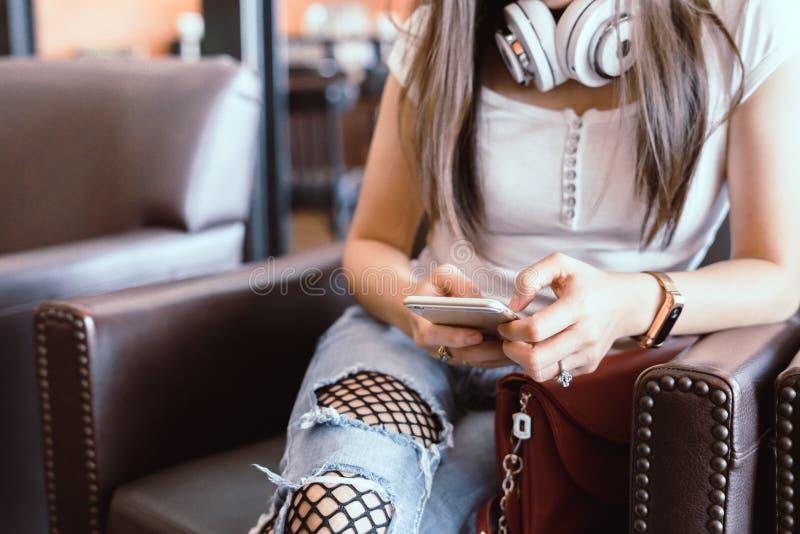 Γυναίκα που διαβάζει τις καλές ειδήσεις στο κινητό τηλέφωνο κατά τη διάρκεια του υπολοίπου στον καφέ SH στοκ φωτογραφίες