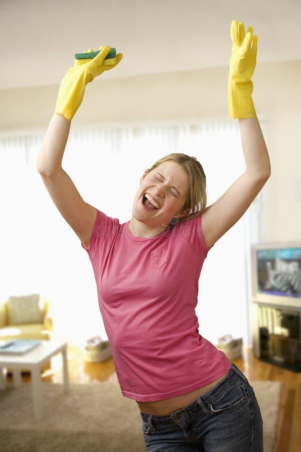 Γυναίκα που διεγείρεται νέα για τον καθαρισμό στοκ φωτογραφίες