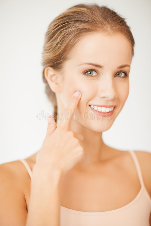 Γυναίκα που δείχνει στο μάγουλό της στοκ εικόνα με δικαίωμα ελεύθερης χρήσης