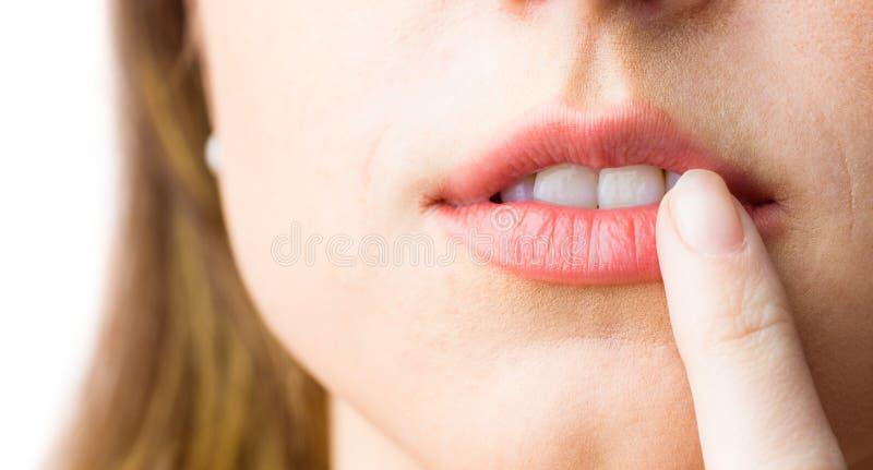 Γυναίκα που δείχνει τα χείλια της στοκ εικόνα με δικαίωμα ελεύθερης χρήσης