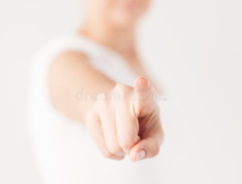 Γυναίκα που δείχνει το δάχτυλό της σε σας στοκ εικόνες