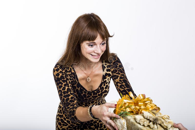 Γυναίκα που εκπλήσσεται από ένα παρόν στοκ φωτογραφία με δικαίωμα ελεύθερης χρήσης