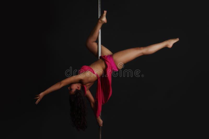 Γυναίκα που εκτελεί το χορό πόλων στοκ φωτογραφία με δικαίωμα ελεύθερης χρήσης