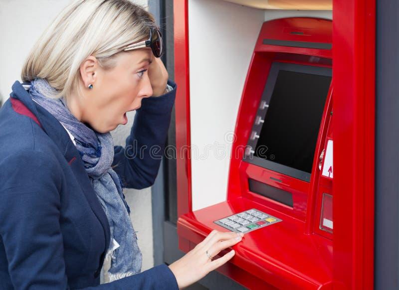 Γυναίκα που εξετάζει την ισορροπία τραπεζικού λογαριασμού της στοκ φωτογραφία
