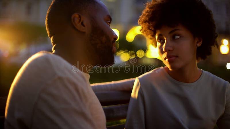 Γυναίκα που εξετάζει το φίλο με την ελπίδα, υπαίθρια ημερομηνία, παρανόηση, σύγκρουση στοκ φωτογραφία