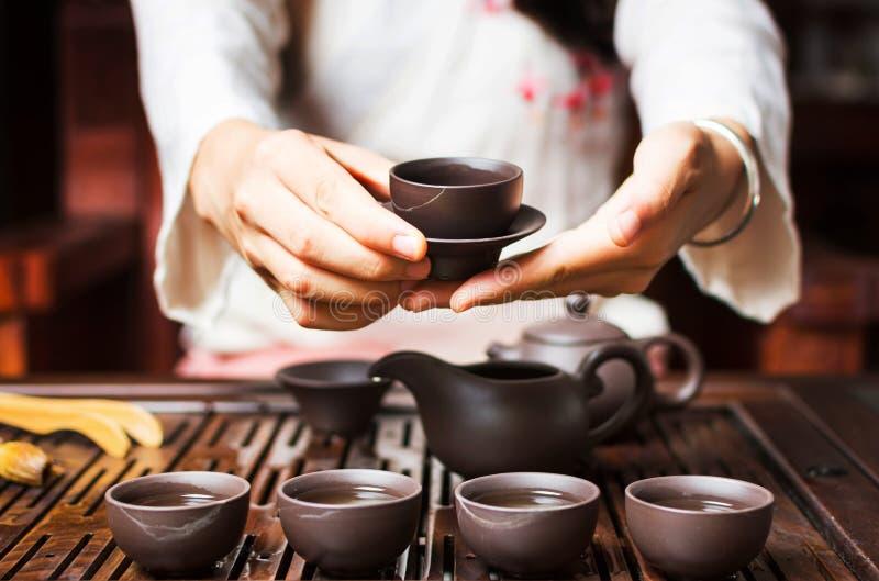 Γυναίκα που εξυπηρετεί το κινεζικό τσάι σε μια τελετή τσαγιού στοκ φωτογραφία με δικαίωμα ελεύθερης χρήσης