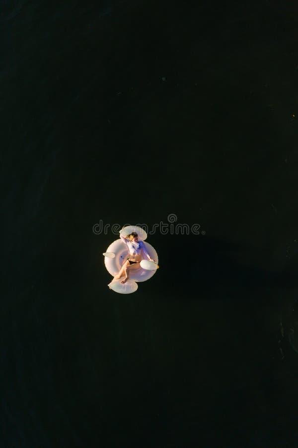 Γυναίκα που επιπλέει στον ωκεανό στοκ εικόνα