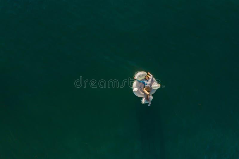 Γυναίκα που επιπλέει στον ωκεανό στοκ φωτογραφίες