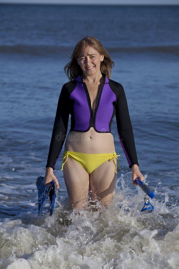 Γυναίκα που επιστρέφει από την κολύμβηση με αναπνευστήρα στοκ εικόνες