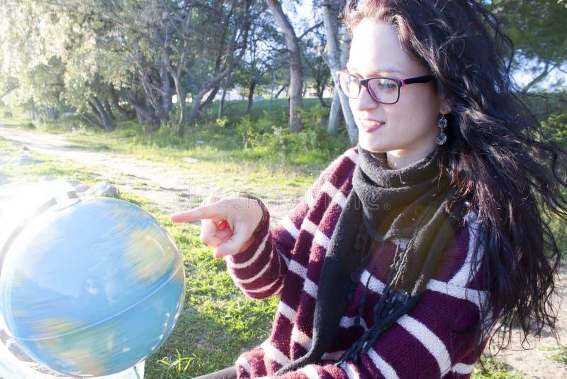 Γυναίκα που επιλέγει πού να ταξιδεψει στοκ εικόνες με δικαίωμα ελεύθερης χρήσης