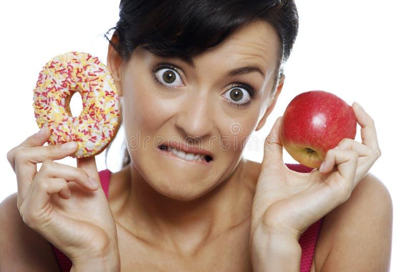 Γυναίκα που επιλέγει τα τρόφιμα στοκ φωτογραφία με δικαίωμα ελεύθερης χρήσης