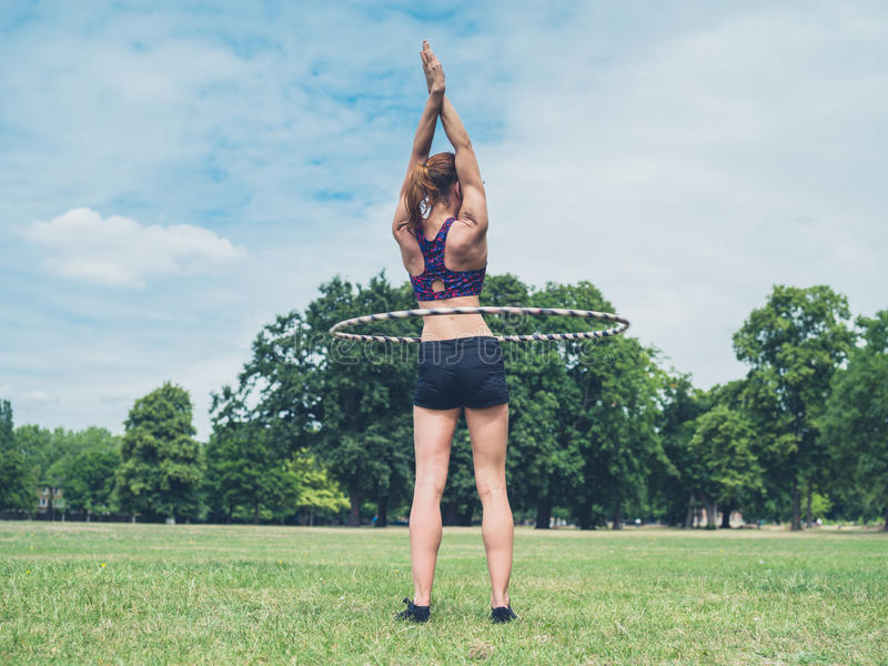 Γυναίκα που επιλύει με τη στεφάνη hula στοκ φωτογραφία με δικαίωμα ελεύθερης χρήσης