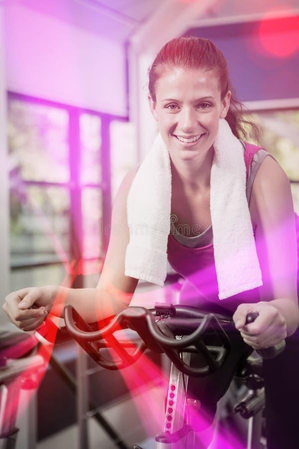 Γυναίκα που επιλύει στο ποδήλατο άσκησης στην περιστροφή της κατηγορίας στοκ φωτογραφίες με δικαίωμα ελεύθερης χρήσης