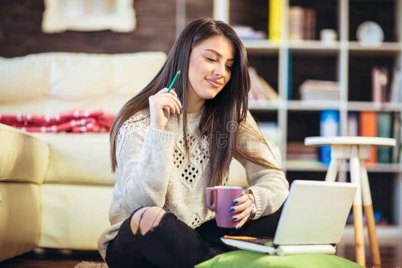 Γυναίκα που εργάζεται από το σπίτι, που κάθεται στο πάτωμα στοκ εικόνα με δικαίωμα ελεύθερης χρήσης