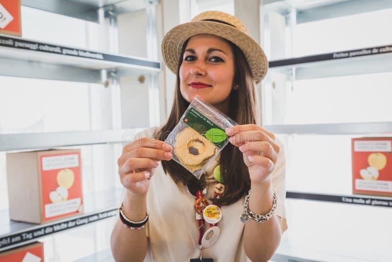 Γυναίκα που εργάζεται για το ελβετικό περίπτερο σε EXPO 2015 στο Μιλάνο, Ιταλία στοκ φωτογραφία με δικαίωμα ελεύθερης χρήσης