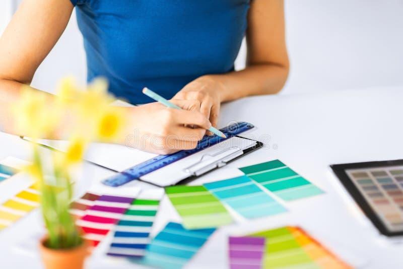 Γυναίκα που εργάζεται με τα δείγματα χρώματος για την επιλογή στοκ εικόνα με δικαίωμα ελεύθερης χρήσης