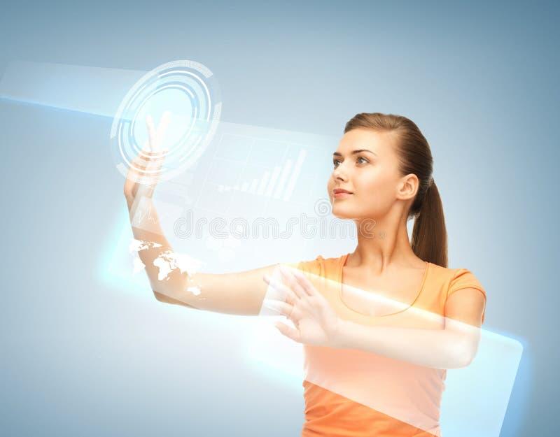 Γυναίκα που εργάζεται με την εικονική οθόνη στοκ φωτογραφία με δικαίωμα ελεύθερης χρήσης