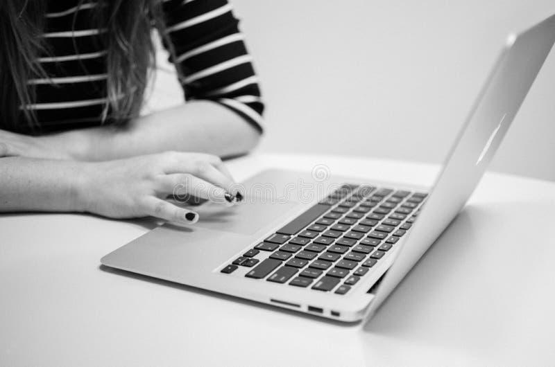 Γυναίκα που εργάζεται με Macbook στοκ εικόνα