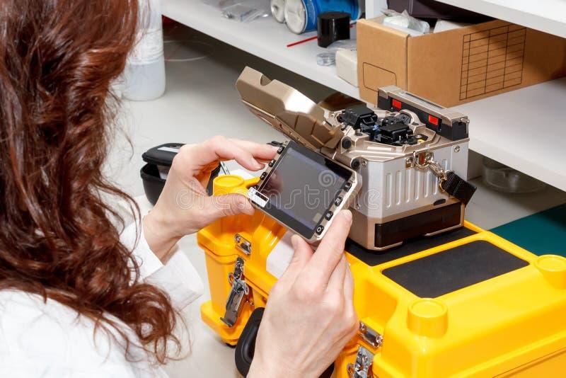 Γυναίκα που εργάζεται με splicer τήξης οπτικών ινών στοκ φωτογραφίες με δικαίωμα ελεύθερης χρήσης