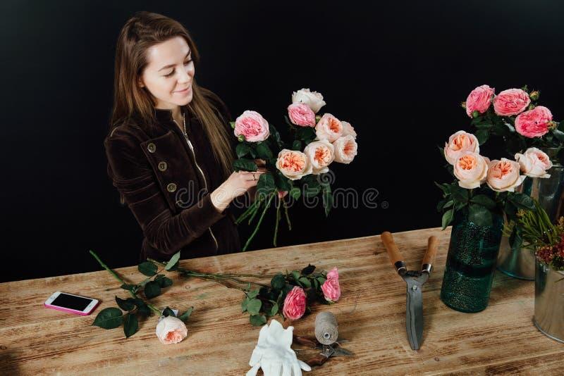 Γυναίκα που εργάζεται στο ανθοπωλείο στοκ εικόνες