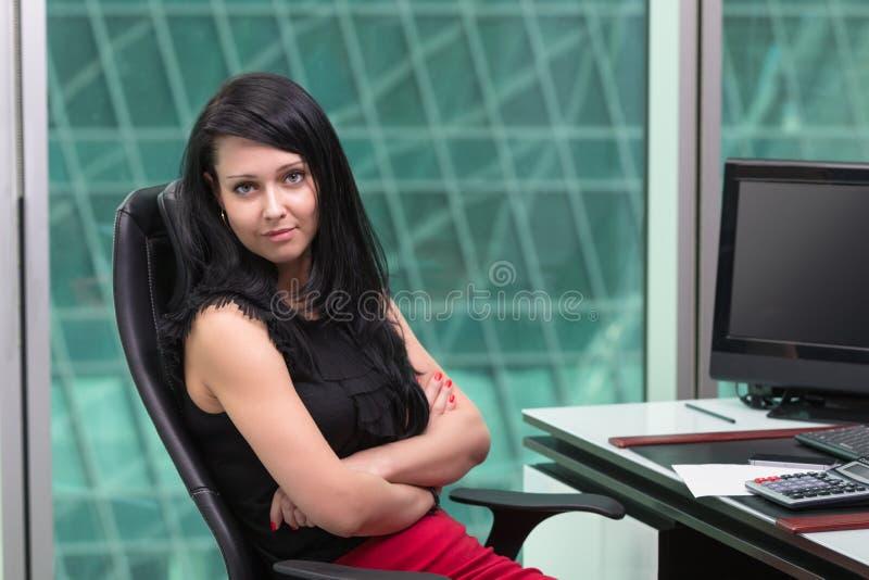 Γυναίκα που εργάζεται στο γραφείο στο δημιουργικό γραφείο στοκ φωτογραφία