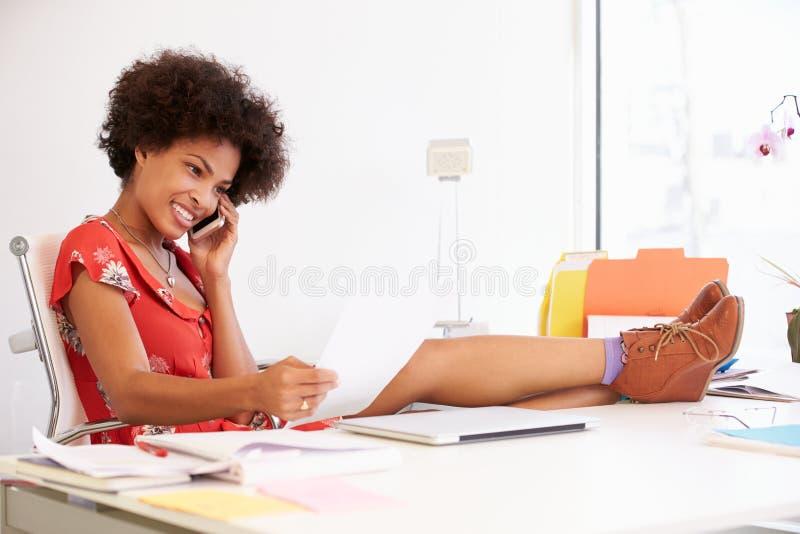 Γυναίκα που εργάζεται στο γραφείο στο στούντιο σχεδίου στοκ εικόνα