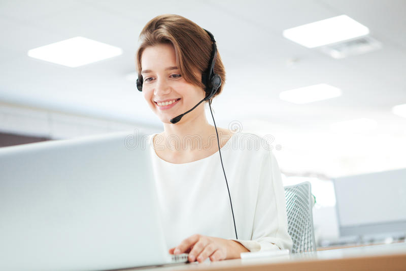 Γυναίκα που εργάζεται στο τηλεφωνικό κέντρο στοκ εικόνα