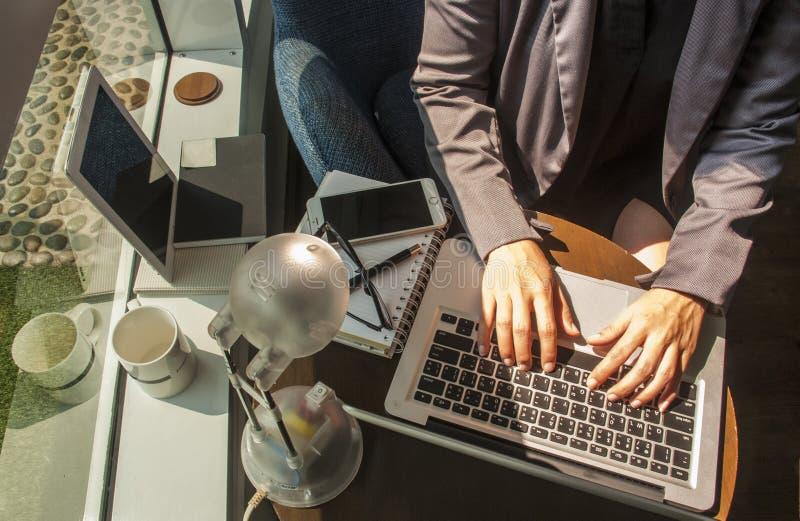 Γυναίκα που εργάζεται στο χέρι γραφείων στην κινηματογράφηση σε πρώτο πλάνο πληκτρολογίων στοκ φωτογραφίες με δικαίωμα ελεύθερης χρήσης