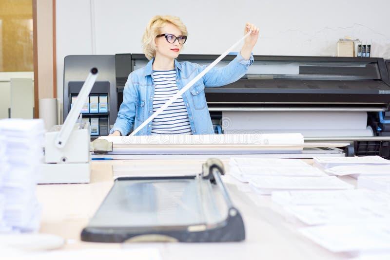 Γυναίκα που εργάζεται Printshop στοκ εικόνες