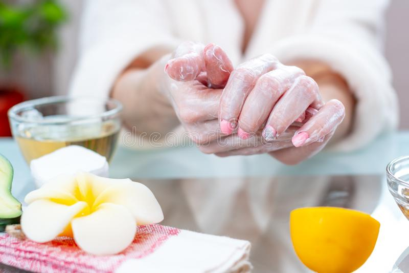 Γυναίκα που εφαρμόζει την κρέμα σε ετοιμότητα της που ενυδατώνουν τα με τα φυσικά καλλυντικά Υγιεινή και προσοχή για το δέρμα στοκ φωτογραφία με δικαίωμα ελεύθερης χρήσης