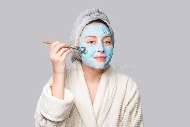 Γυναίκα που εφαρμόζει την του προσώπου μάσκα αργίλου στο σαλόνι SPA ή στο σπίτι, skincare θέμα Μάσκα προσώπου, επεξεργασία ομορφι στοκ φωτογραφία με δικαίωμα ελεύθερης χρήσης