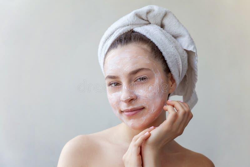 Γυναίκα που εφαρμόζει τη μάσκα ή creme στο πρόσωπο στοκ εικόνες