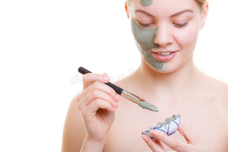Γυναίκα που εφαρμόζει τη μάσκα προσώπου με τη βούρτσα στοκ εικόνα με δικαίωμα ελεύθερης χρήσης