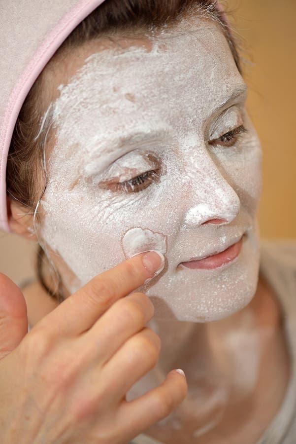 Γυναίκα που εφαρμόζει τη μάσκα σκονών μαργαριταριών στοκ εικόνα με δικαίωμα ελεύθερης χρήσης