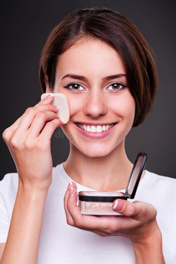Γυναίκα που εφαρμόζει τη σκόνη στο δέρμα της στοκ εικόνα με δικαίωμα ελεύθερης χρήσης