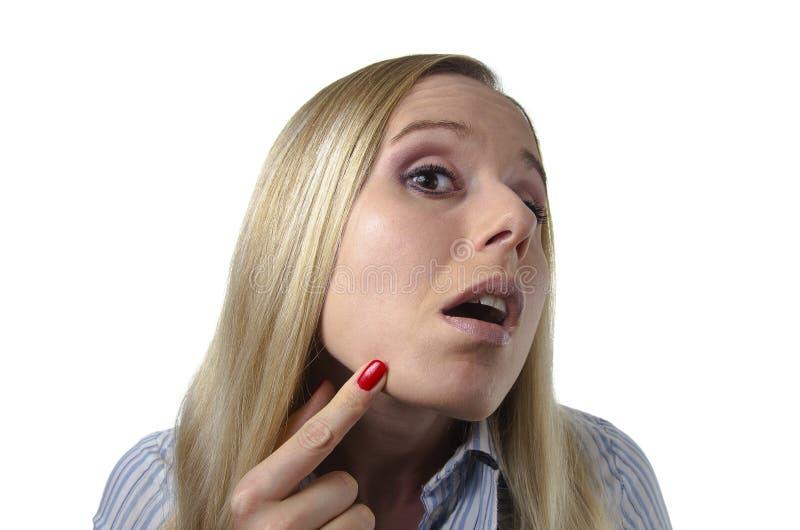 Γυναίκα που ελέγχει το δέρμα της για τις ατέλειες στοκ εικόνες