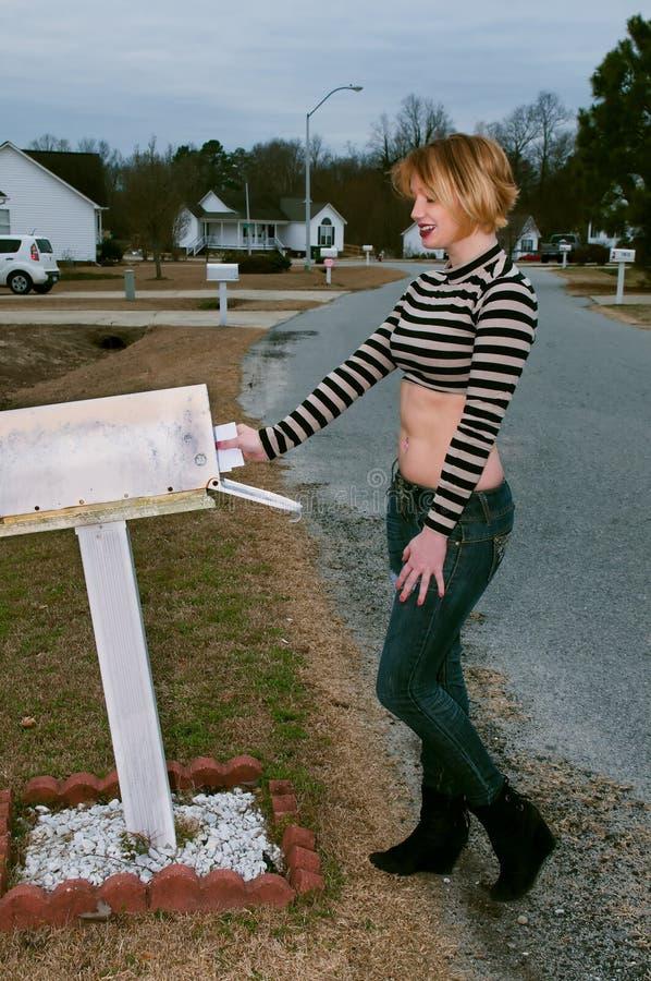 Γυναίκα που ελέγχει το ταχυδρομείο στοκ εικόνες με δικαίωμα ελεύθερης χρήσης