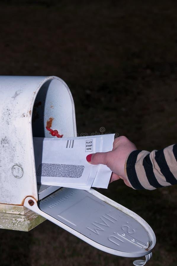 Γυναίκα που ελέγχει το ταχυδρομείο στοκ φωτογραφία