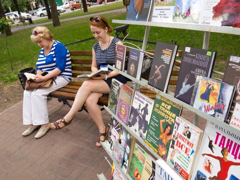 Γυναίκα που διαβάζει ένα βιβλίο σε μια δημόσια βιβλιοθήκη στην πλατεία Λένιν σε Voronezh, Ρωσία στοκ φωτογραφία με δικαίωμα ελεύθερης χρήσης